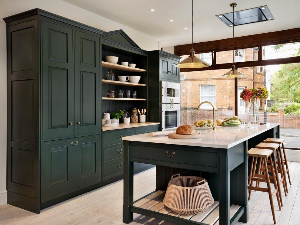 Темная мебель из дерева в кухне с панорамным окном