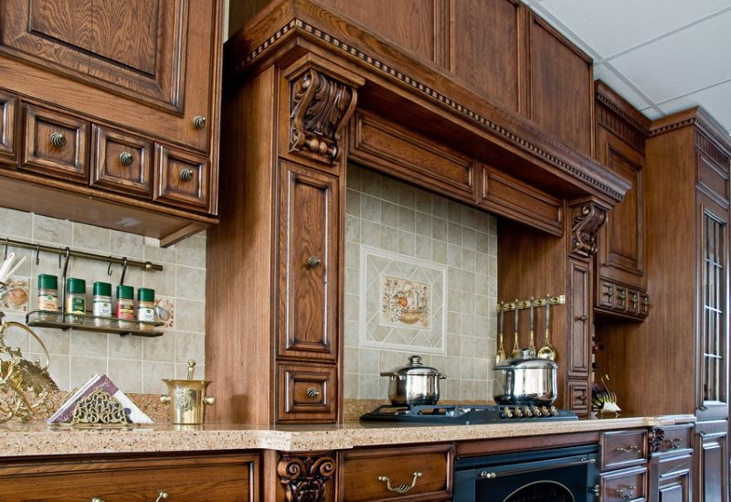 Деревянные фасады гарнитура в стиле классики
