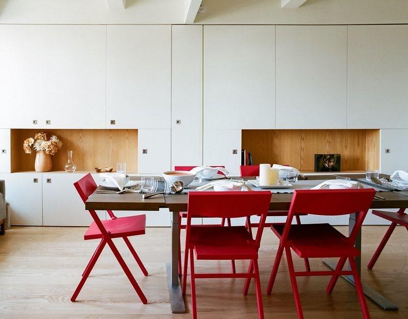 Деревянные складные стулья красного цвета