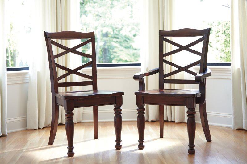 Два деревянных стула для кухни из одной коллекции