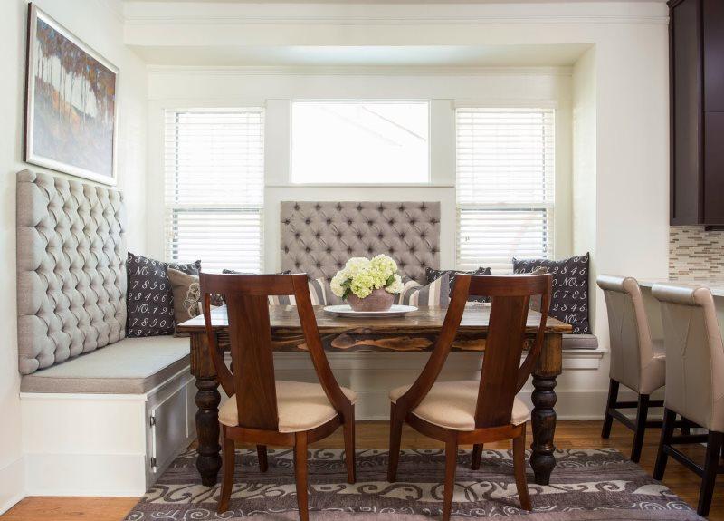 Обустройство обеденной зоны кухни с помощью уголка со стульями
