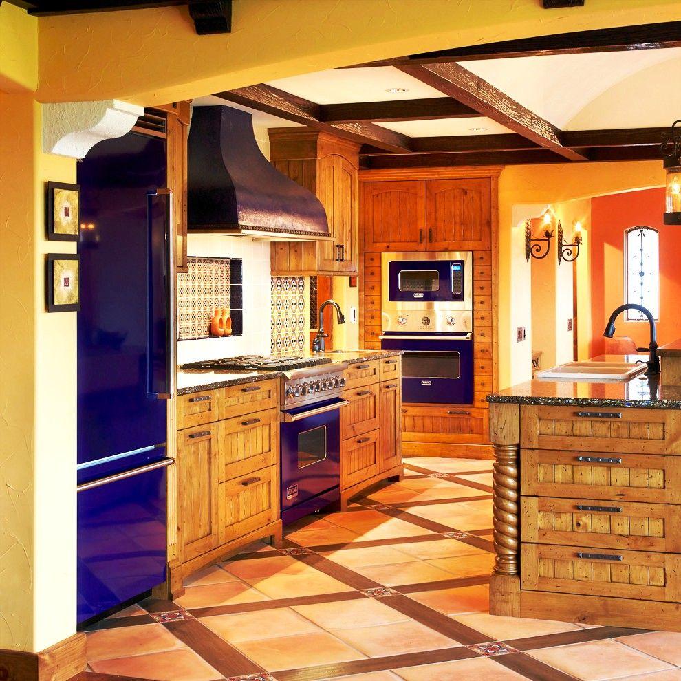 Деревянная кухня с техникой встраиваемого типа