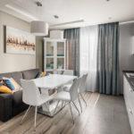 Серый диван в обеденной зоне современной кухни