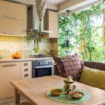 деревянный стол перед кухонным диваном