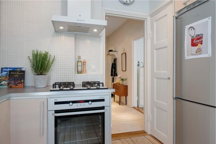 Белая маленькая кухня.