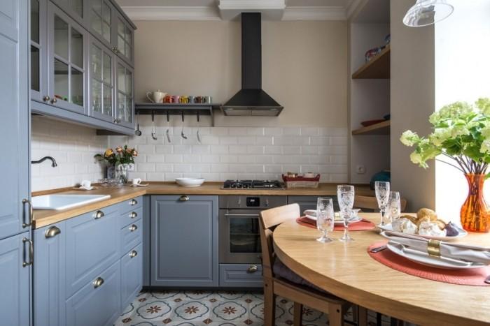 Серая маленькая кухня.