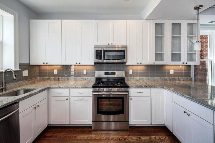 П-образная белая кухня.