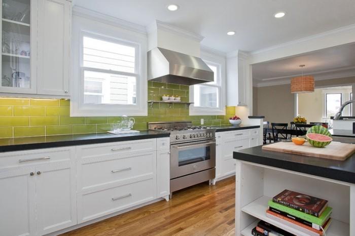 Кухонный фартук из керамической плитки.