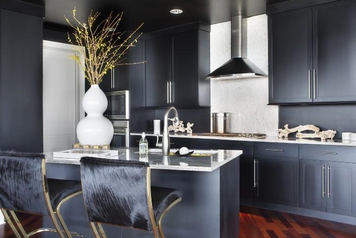 Матово-черная кухня.