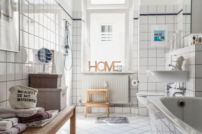 Белая плитка для ванной.