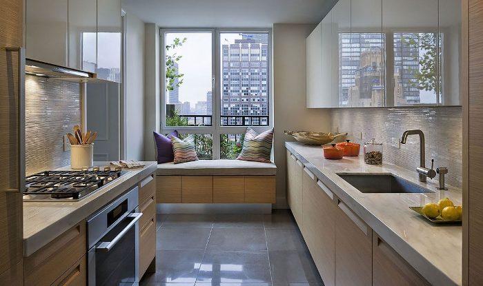 Кухня с большим окном.