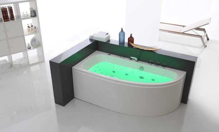 Принятие гидромассажой ванны.