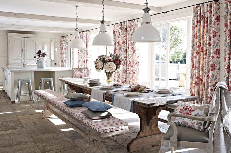Пестрые шторы на кухне в частном доме