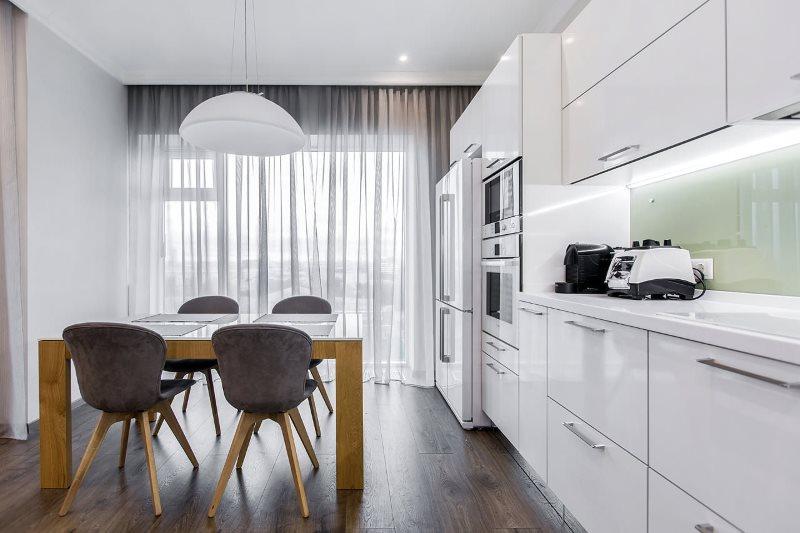 Кухня в стиле минимализма с легкими шторами из тюля