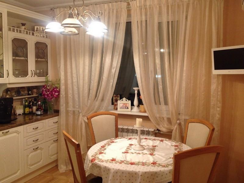 Классическая кухня с длинными шторами из тюля