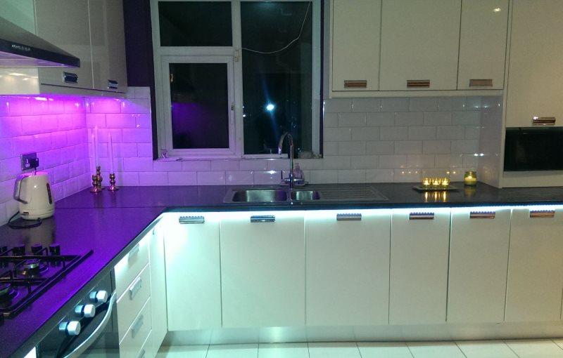 Подсветка фасадов нижних шкафов кухонного гарнитура