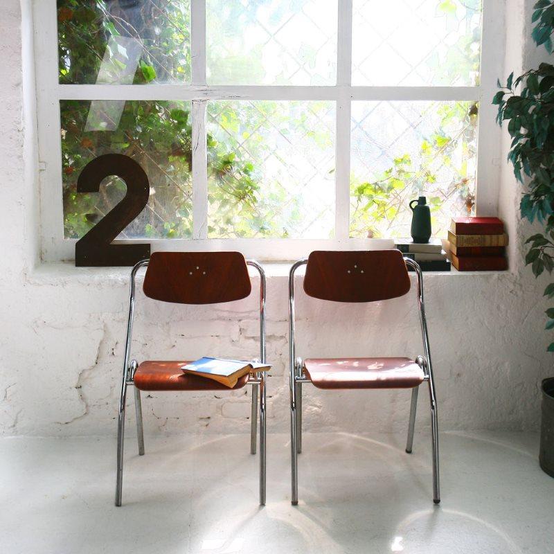 Два складных стула возле кухонного окна