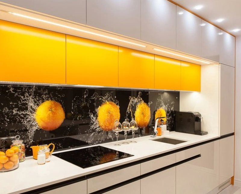 Дополнительные навесные шкафы желтого цвета в комплекте кухонного гарнитура