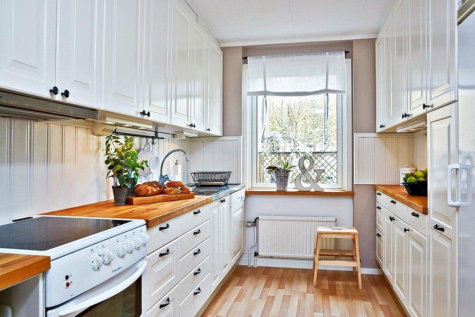 Двухрядная планировка кухни с окном