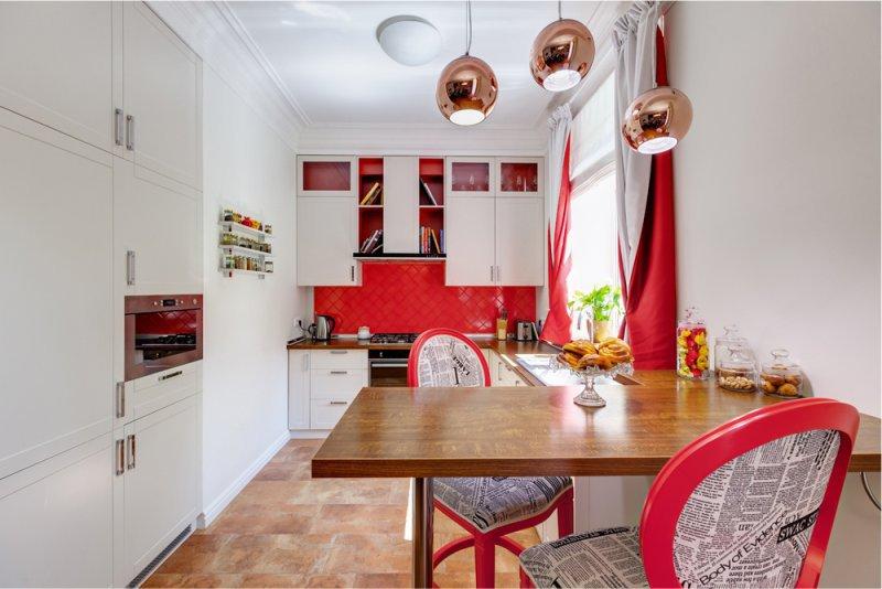Красно-белые шторы в светлой кухне