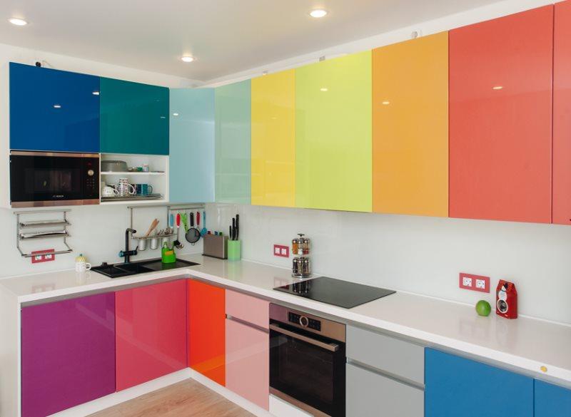 Разноцветные фасады кухонного гарнитура с эмалевым покрытием