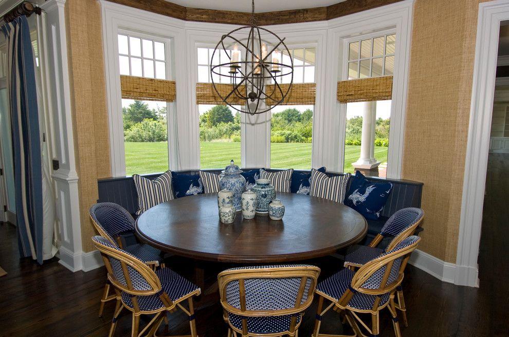 Круглый стол в эркере кухни-гостиной