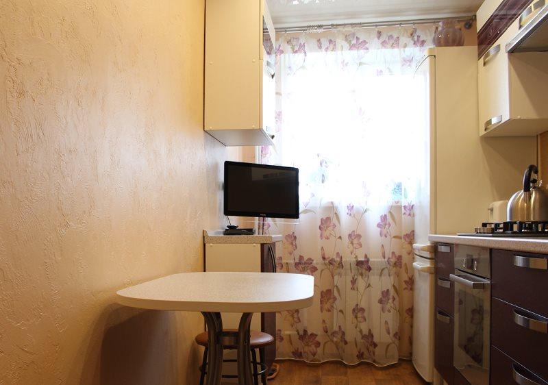 Отделка фактурной штукатуркой стены в узкой кухне