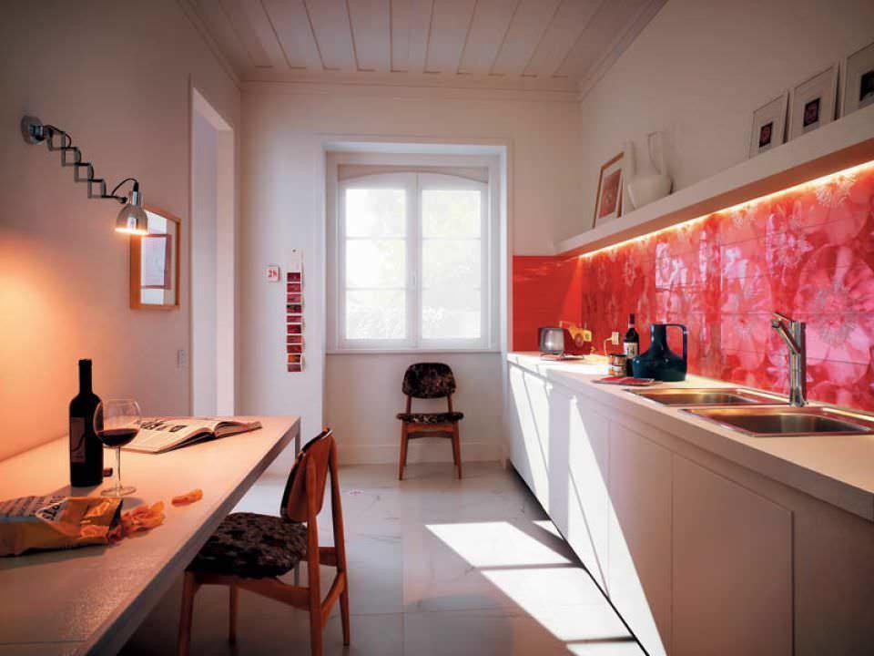Красный фартук в узкой кухне с окном в торце