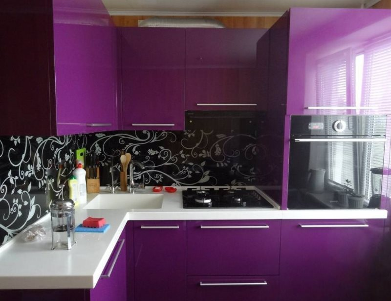 Фиолетовые фасады кухонного гарнитура угловой планировки