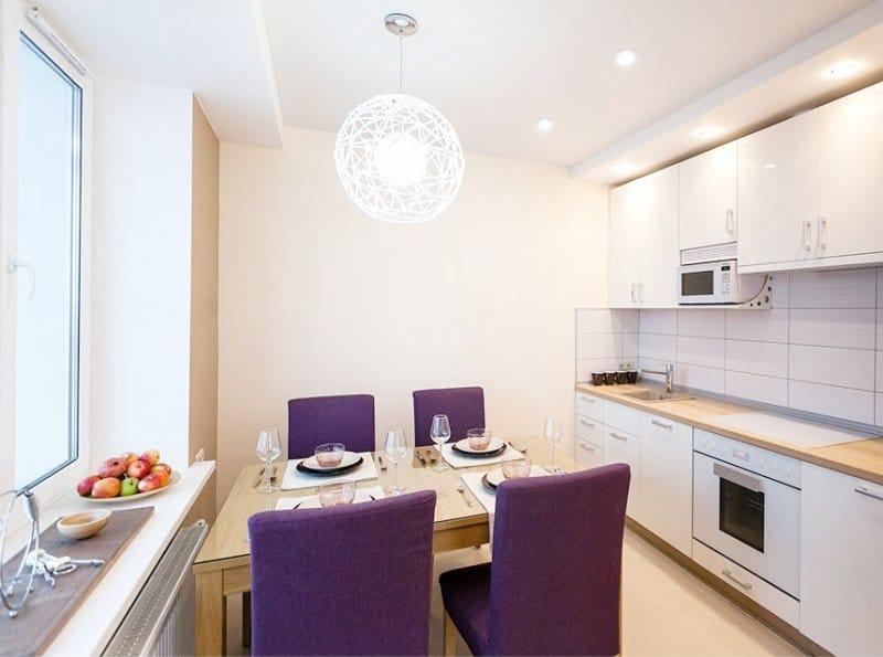 Дизайн современной кухни с фиолетовыми стульями
