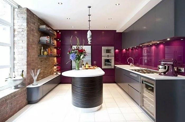 Фиолетовый фартук в современной кухне