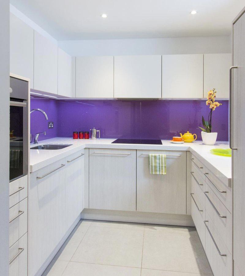 Фиолетовый фартук в кухне с белыми фасадами