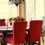 Красные чехлы на кухонных стульях