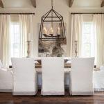 Белые чехлы до пола на обеденных стульях