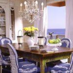 Стеклянная люстра над деревянным столом