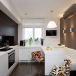 Белый диван у кухонной стены