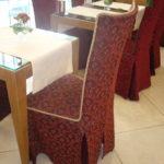 Практичные чехлы на спинках стульев в кафе