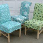Три стула с чехлами из разной ткани