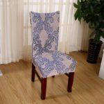 деревянный стул на ламинированном полу