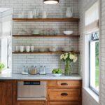 Кухонная посуда на деревянных полках