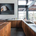 Кухонная мойка перед большим окном