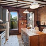 Деревянная мебель на кухне в стиле лофта