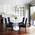 Кухня в частном доме с панорамным окном