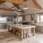 Деревянные балки на потолке кухни в загородном доме