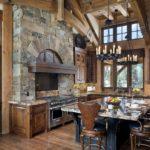 Камень и дерево в интерьере кухни