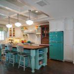 Бирюзовый холодильник в кухне-столовой