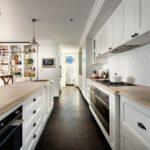 Кухонный фартук из белой плитки