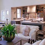 Кухня-гостиная с деревянной мебелью