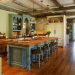 Дощатый пол в кухне частного дома