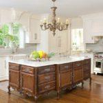 Люстра на белом потолке кухни